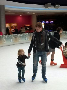 Mikkeline har fået lidt mere styr på skøjterne og har begivet sig af sted uden sin hjælpe-sæl - far-Morten giver en støttende hånd