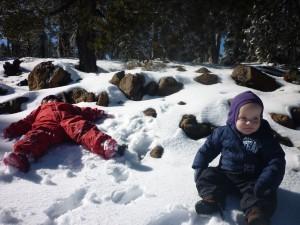 Mikkeline nyder sneen i fulde drag, Jamie har noget svært ved at gå rundt, han bliver ved med at falde, så beslutter sig for at nyde udsigten siddende