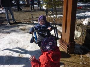 Der gynges og storesøster Mikkeline syntes det er sjovt at gynge lillebror Jamie