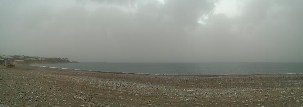 Panoramabillede fra stranden ved Paphos i april - Sand i luften giver diset vejr