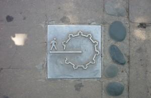 Følg afmærkningerne på fortorvet for at finde vej til/rundt i den gamle bydel
