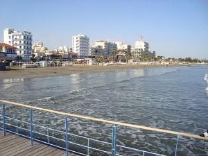 Billed af Larnaca kystlinje foran hotellerne. (kilde: wikimedia)