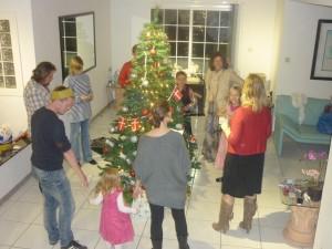 Der synges og danses om juletræet