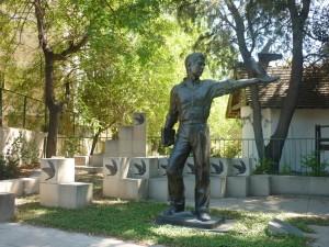 En af fredsstatuerne i Nicosia