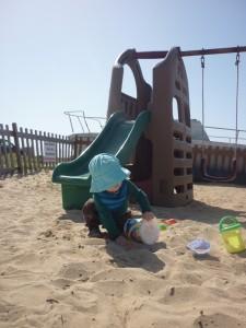 Jamie elsker at tage til vandet og især at lege med sand i marts-solen