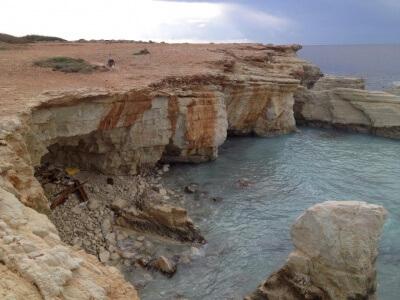 Langs Cyperns kyst kan du opleve en massere sea caves, hvor vandet har udhulet klipperne og dannet små grotter.