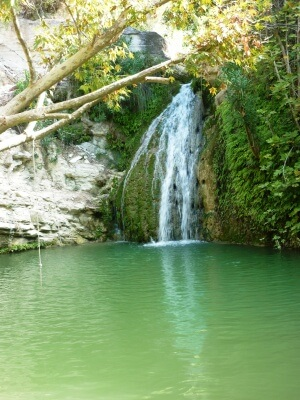 Bad i det kølige vand fra vandfaldet ved Adonis Bath