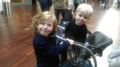 Ferie med børn - Mikkeline & Jamie venter på flyet