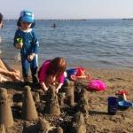 Det bedste ved at være ved stranden, er at bygge sandslotte.