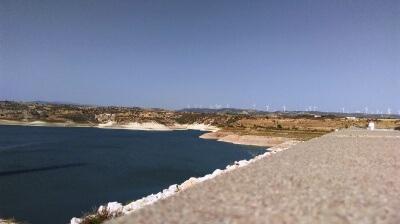 Vi trodsede heden og kiggede os rundt ved en af Cyperns dæmninger.